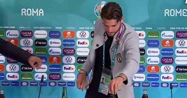 """على غرار """"رونالدو"""".. """"لوكاتيلي"""" يبعد زجاجات المشروب الغازي خلال مؤتمر صحفي (فيديو)"""