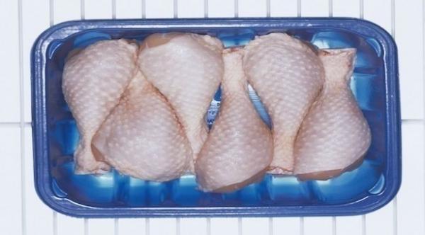 هل من الضروري غسل الدجاج النيء قبل طهيه؟