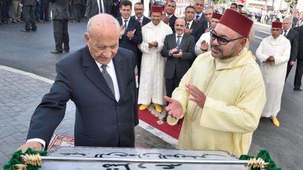 """صورة مخزية...تدنيس النصب التذكاري الخاص بالزعيم السياسي الراحل """"عبد الرحمان اليوسفي"""" بطنجة"""