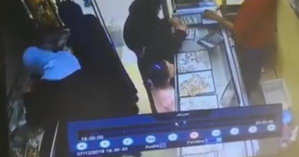 بالفيديو.. عصابة نساء تسرق محلا للمجوهرات بطريقة مثيرة