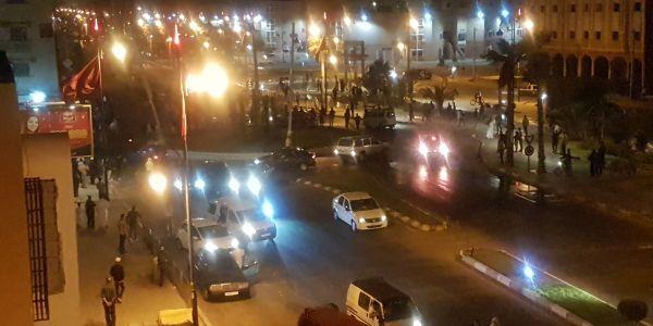 انفصاليون بالعيون يستغلون فوز الجزائر من أجل إحداث الفوضى وحرق سيارات الأمن (صور)