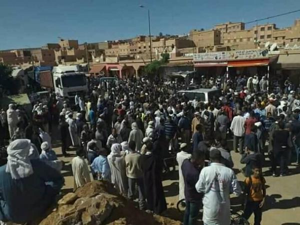 """بالفيديو: مواطنون يحاصرون سيارة دركي بعد اتهامه ب""""صفع"""" أستاذ بالشارع"""