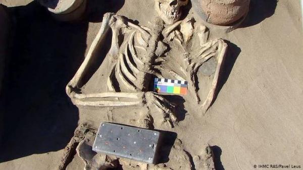 العثور على ما يشبه الآيفون بعمر 2100 سنة بمقبرة في روسيا
