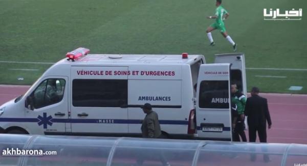 لحظة نقل لاعب الرجاء مكعازي إلى المستشفى بعد إصابته في مباراة خريبكة