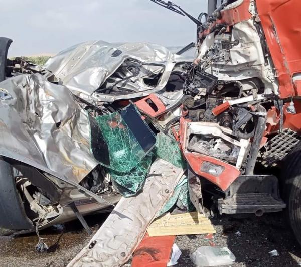 فاجعة... اصطدام بين شاحنة وسيارة خفيفة يسفر عن 6 قتلى (صور)