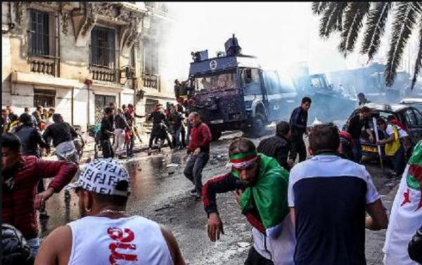 الجزائر.. اصطدامات بين الشرطة ومتظاهرين بعد الحكم على أحد نشطاء الحراك بسبع سنوات سجنا