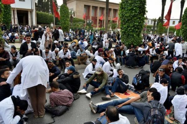 """في خطوة مفاجئة...أباء يطالبون بإخضاع الأساتذة المشاركين في احتجاجات الرباط لفحص """"كورونا"""" (وثيقة)"""