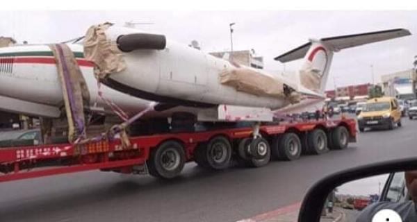 """في مشهد غريب...""""ديبناج"""" تجر طائرة على الطريق السيار الرابط بين الدار البيضاء والرباط"""