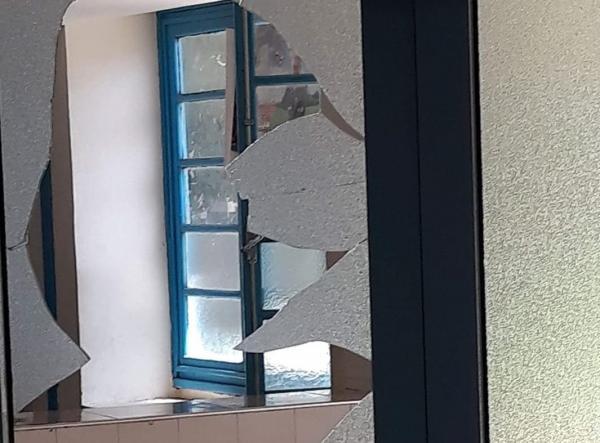 لحماق هذا... هكذا اعتقل الأمن شخص في حالة هستيريا كسر زجاج مكتب طبيب وسط ذهول المرضى