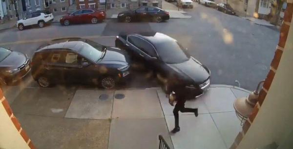 تحاول الانتقام من زوجها عن طريق محاولات دهسه بالسيارة(فيديو)