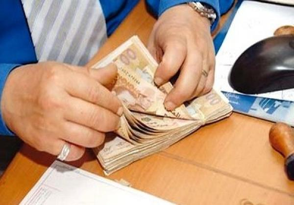 موظفون يحتجون بسبب عدم استفادتهم من الزيادات في الأجور