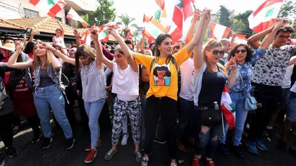 تعليق طريف من علاء مبارك على صورة لفتيات أثناء مظاهرات لبنان (صورة)