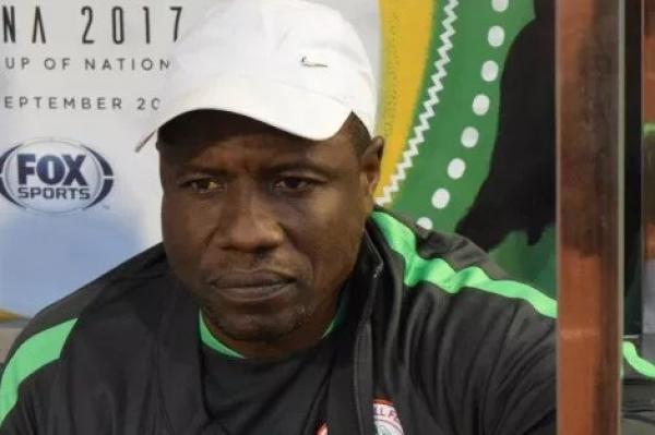 """""""بي بي سي"""" تتهم مدربا نيجيريا بتلقيه رشوة قبل """"شان المغرب"""" ..والأخير يرد (فيديو)"""