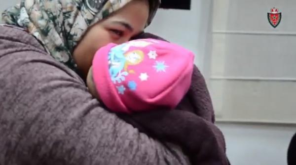 """فيديو جد مؤثر...الأمن الوطني يسلم الرضيعة المختطفة """"ياسمين"""" لأمها وجدتها ومعها هدية"""