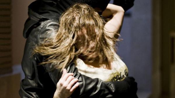 منحرفون يقتحمون منزلا ويحاولون اختطاف فتاة بالقوة والأمن يدخل على الخط