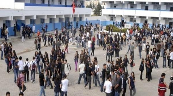 تلاميذ يضربون عن الدراسة ويخرجون في مسيرة احتجاجية رفضا للتوقيت الجديد بهذه المدينة