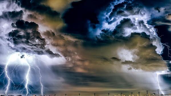 مشاهد مرعبة لعاصفة رعدية في المكسيك(فيديو)