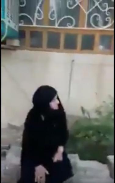ابن عاق يطرد والدته المسنة من منزله (فيديو)