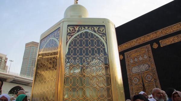 """صور حديثة ونادرة لـ""""مقام إبراهيم"""" عند الكعبة المشرفة تظهر أثر قدمي نبي الله إبراهيم"""