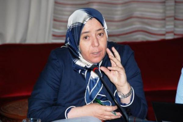 """برلمانية بيجيدية تصف منتقدي زميلها """"أقشبيل"""" بـ""""الكلاب المسعورة والجائعة"""""""