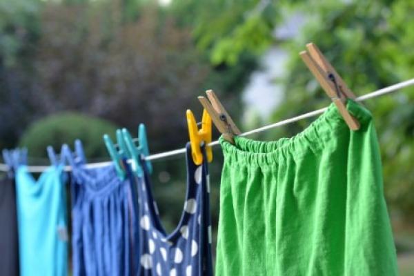 طريقة بسيطة لإضفاء رائحة عطرة على الملابس بعد غسلها