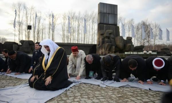 """من بينهم سعوديون ومغاربة...جدل كبير بعد بعد إحياء وفد من المسلمين لذكرى """"الهولوكست"""" والصلاة ترحما على ضحاياها اليهود"""