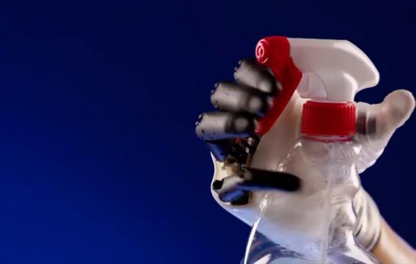 علماء يطورون يداً صناعية قادرة على أداء 90% من مهام اليد الطبيعية