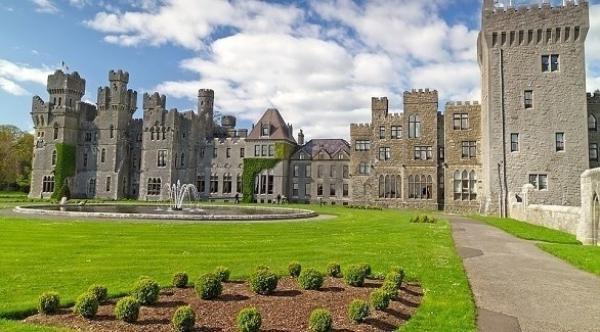 بريطانيان يمضيان فترة العزل بمفردهما في قلعة عمرها 800 عام