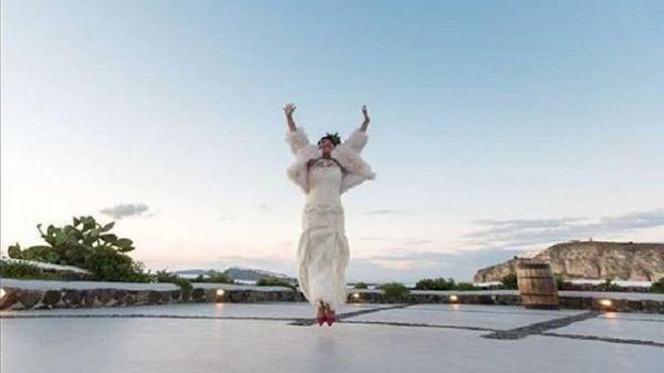 فتاة تزوجت من نفسها لسبب غريب ! (صور)