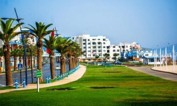 """""""يا المزوّق من برّا""""..الواقع المرير لقبلة المغاربة الأولى في الصيف حيث كنس الشوارع وسقي المناطق الخضراء يسبق الإهتمام بالإنسان"""