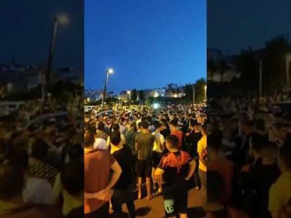 احتجاجات بطنجة وقطع الطريق في بني مكادة بسبب قرار الإغلاق (فيديو)