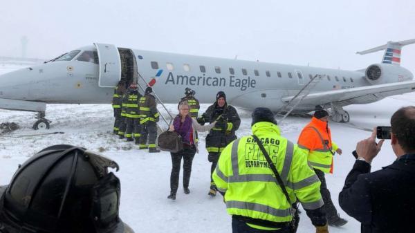 الثلوج تتلاعب بطائرة لحظة هبوطها