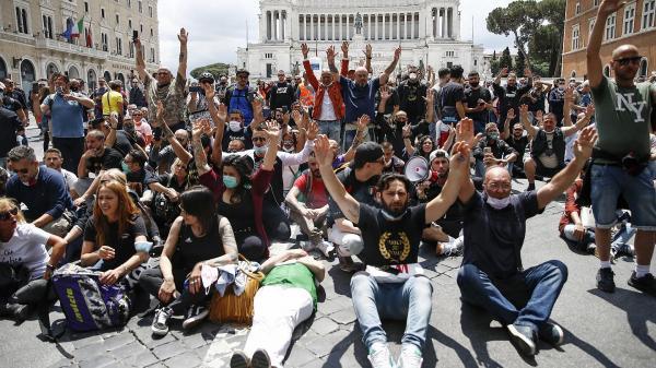 احتجاجات في إيطاليا ضد تمديد تدابير الإغلاق