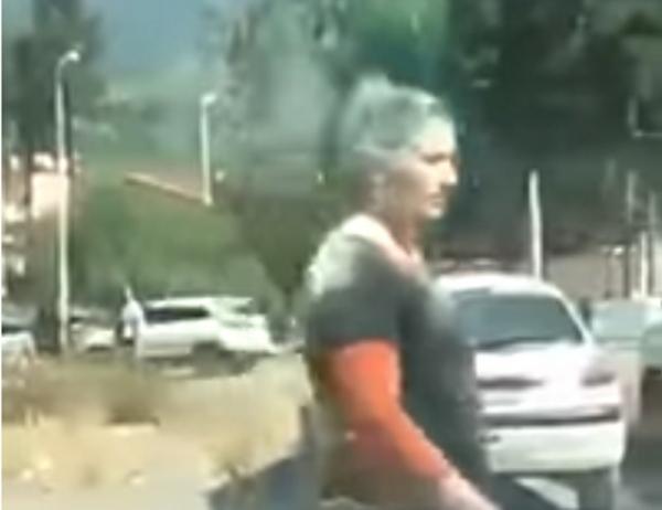 تلاميذ يعتدون على أستاذتهم وسط الشارع في الجزائر (فيديو)