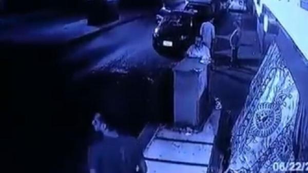فيديو صادم.. لحظة سقوط سيارة من جسر على المارة في مصر