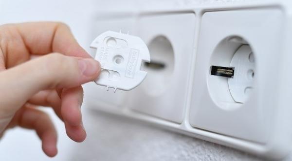 ما الحد الأقصى لجهد الأجهزة الكهربائية في غرف الأطفال؟