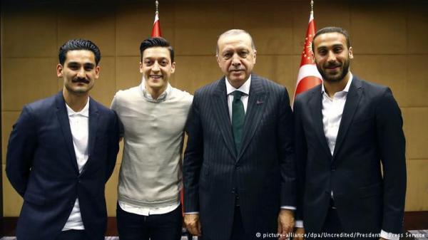 صورة لاعبي المنتخب الألماني مع أردوغان تثير انتقادات في ألمانيا