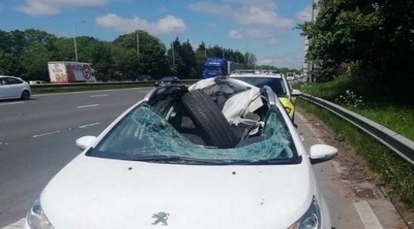 عجلة شاحنة تحطم مقدمة سيارة و السائق ينجو بأعجوبة