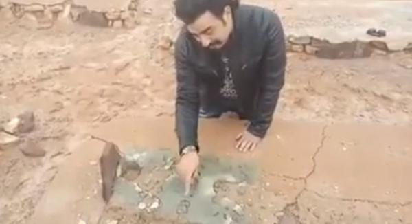 """فيديو مؤثر جدا...لحظة عثور الفنان """"ربيع القاطي"""" على قبر والده بعد 38 سنة من البحث"""