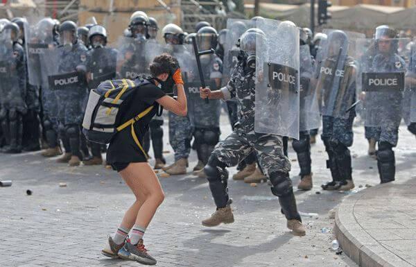 مقتل عنصر أمني وإصابة أزيد من 70 آخرين في احتجاجات شعبية بلبنان