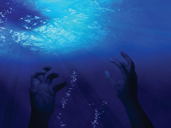 """شاطئ """"الداليا"""" بضواحي طنجة يلفظ جثة رجل متحللة (صورة)"""