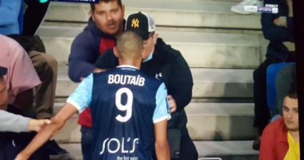المغربي خالد بوطيب يدخل في شجار مع أحد المشجعين والحكم يطرده(فيديو)