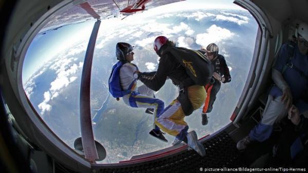 كندية تنجو بأعجوبة بعد فشل في فتح مظلتها على ارتفاع 1500م
