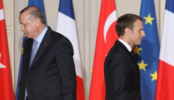 """تشكيك """"أردوغان"""" في القدرات العقلية لـ""""ماكرون"""" إثر عنصريته ضد المسلمين يغضب فرنسا وباريس تستدعي سفيرها بأنقرة"""