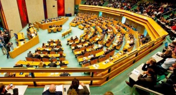 البرلمان الهولندي يلزم الشركات المدرجة في البورصة بتخصيص نسبة 30 بالمئة على الأقل للنساء في مجالس إداراتها.