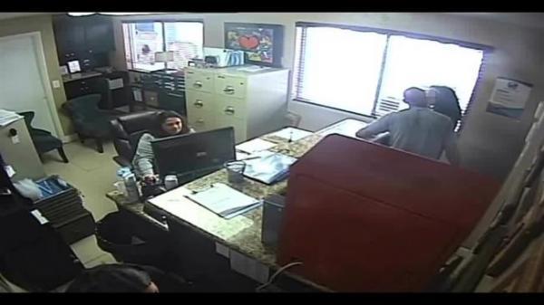 بالفيديو: شاهد كيف عاقب شرطي ابنته على إساءة التصرف مع معلمتها