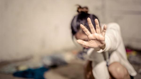 سخونية الراس...شاب يهتك عرض فتاة ويصور جريمته بالفيديو لابتزازها وهذا هو مصيره