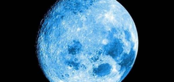 """في ظاهرة فلكية مميزة .. """"القمر الأزرق"""" يضيء سماء الأرض"""