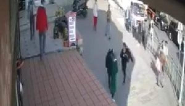 بالفيديو.. اعتداء على امرأة محجبة في مدينة اسطنبول يثير جدلا في تركيا