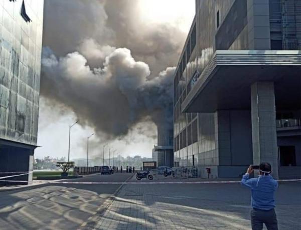"""اندلاع حريق ضخم بمعهد هندي حيث يتم إنتاج لقاح """"كورونا"""" (فيديو)"""